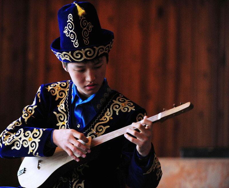 Kyrgyz students plays the Komuz IMPAKTER