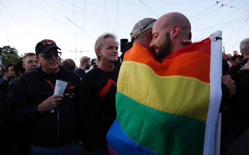 100529358-gays-break-the-internet-orlando-shooting-xlarge_trans++gsaO8O78rhmZrDxTlQBjdGLvJF5WfpqnBZShRL_tOZw