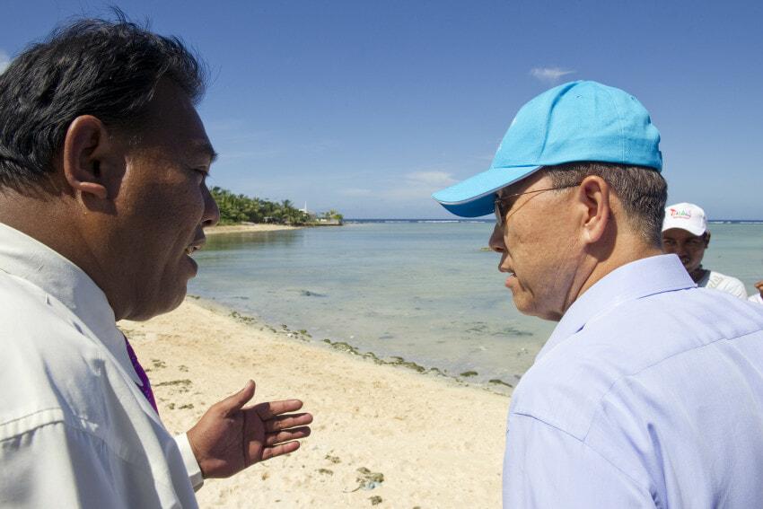 Secretary-General watch high tide in Bairiki.