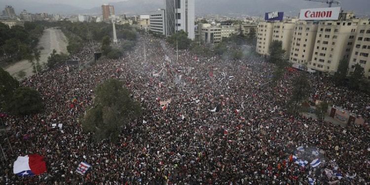 La grande manifestazione di protesta a Santiago del Cile, il 25 ottobre 2019 (AP Photo/Rodrigo Abd)